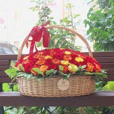 Букет красных и красно-оранжевых роз в корзине диаметром 50 см  (до 151 розы)