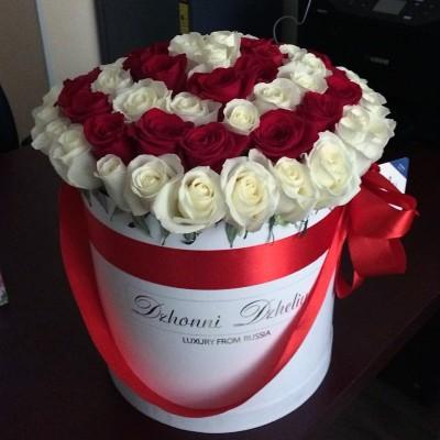 Белые и красные розы в цилиндре (L) 69-75 роз